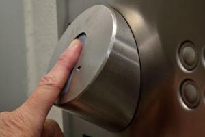 Zeigefinger auf Fingerprint Türöffner